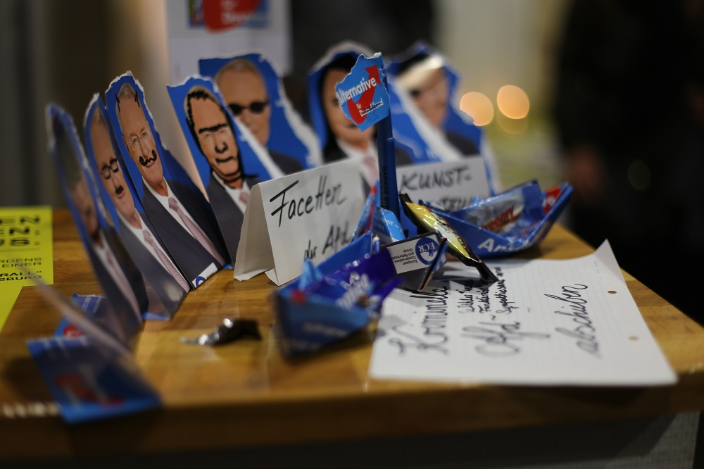 """Die Gegendemonstranten bauten im Foyer des Leeren Beutels ein kleines """"Kunstwerk"""". Foto: ld."""