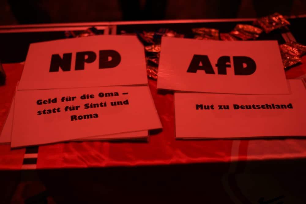 Begleitend zur AfD-Veranstaltung veranstalteten die Jusos auch ein Quiz am Dachauplatz, bei denen Zitate der AfD oder der NPD zugeordnet werden mussten. Foto: ld.