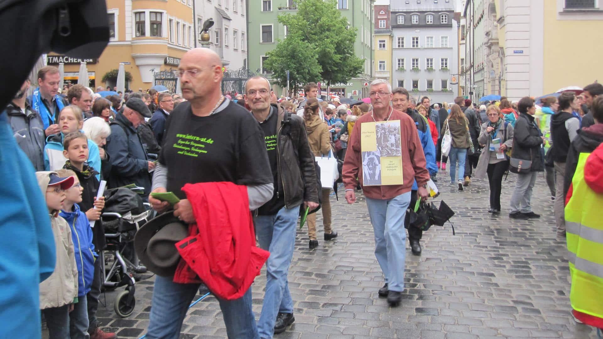 Katholikentag 2014: Missbrauchte Domspatzen demonstrieren für Gerechtigkeit und Aufklärung. Foto: SWR/ Mona Botros