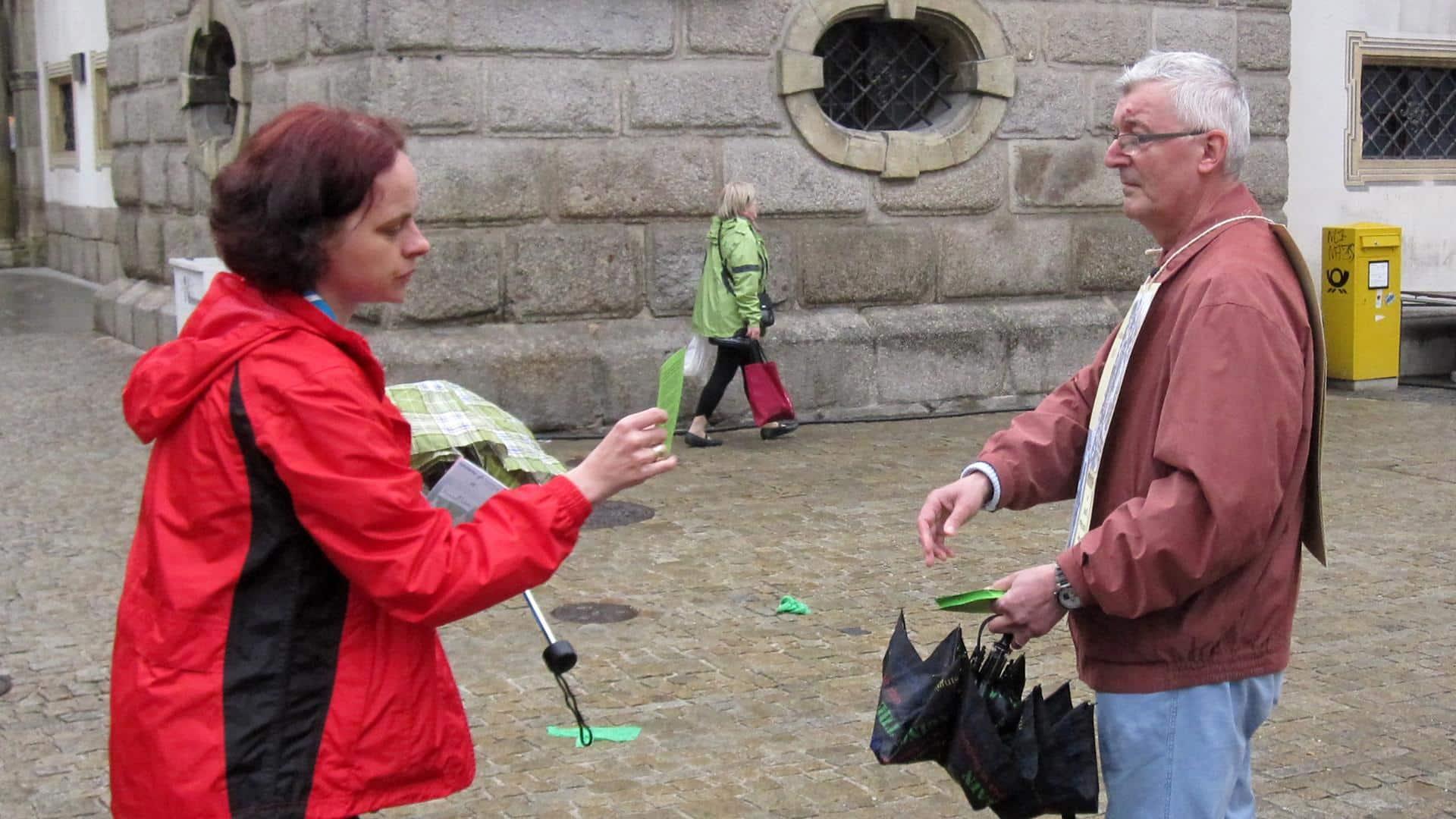 Katholikentag 2014: Georg Auer verteilt Flugblätter, um auf die Missstände im Bistum Regensburg aufmerksam zu machen. Foto: SWR/ Mona Botros