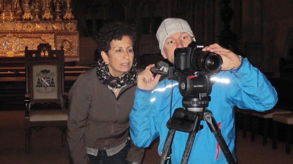 Filmemacherin Mona Botros (hier mit Kameramann Andreas Kerle) hat die Einladung de Domspatzen-SMV angenommen. Eine Antwort steht noch aus. Foto: SWR/ Mona Botros
