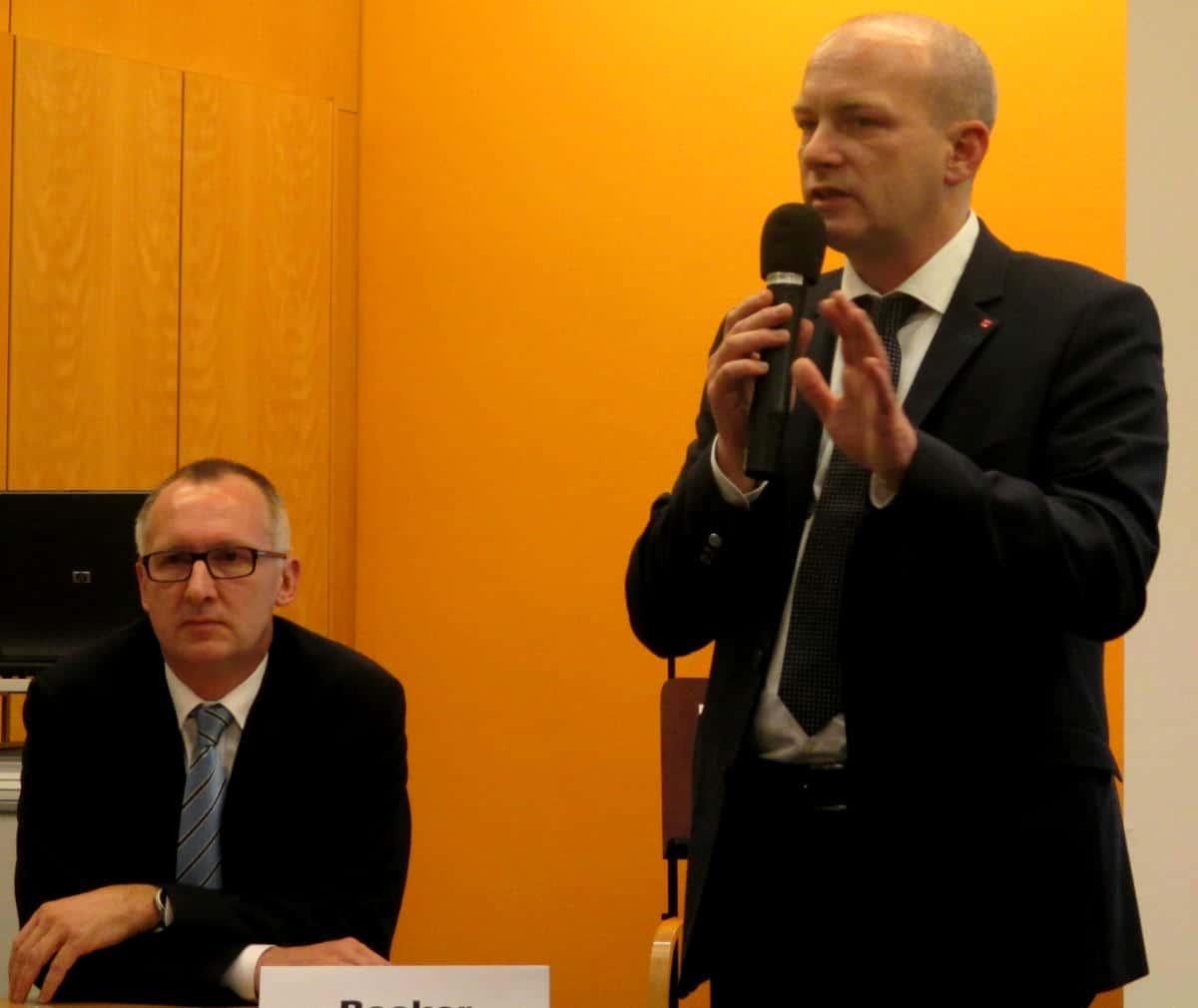 11. Dezember, Vitusstift: Für Stadtbau-Geschäftsführer Joachim Becker gerät die Veranstaltung zum Desaster. Mehgrfach muss OB Wolbergs sich schützend vor ihn stellen.
