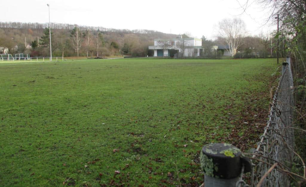 Bei der Sportanlage am Weinweg soll eine Unterkunft für 100 Menschen entstehen. Foto: Archiv/ as
