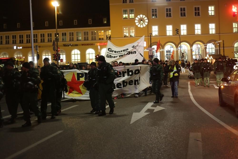 Eine Demonstration gegen das PKK-Verbot und Asylrechtsverschärfungen wurde am Donnerstag von viel Polizei begleitet. Fotos: ld.