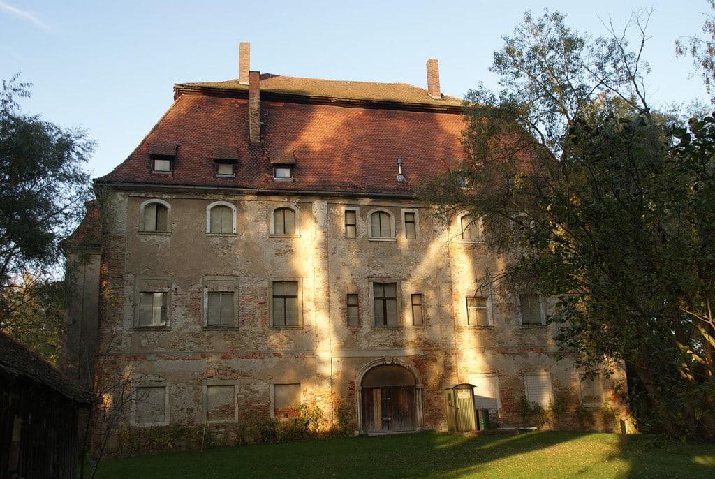 Ist die Landesgartenschau die Rettung für das Pürkelgut? Das fürstliche Haus ließ das Wasserschloss verkommen. Foto: Wikipedia/  Johanning