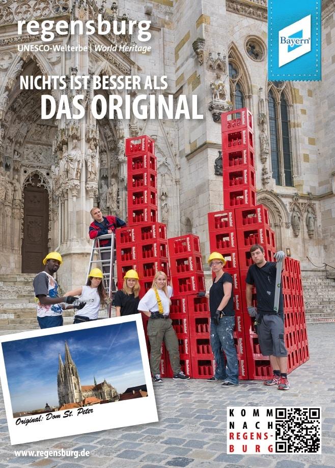 Im Dom-Postkartenmotiv und dem dazugehörigen Video werden Bierkisten gestapelt - von Bischofshof. Bild: Regensburg Tourismus GmbH