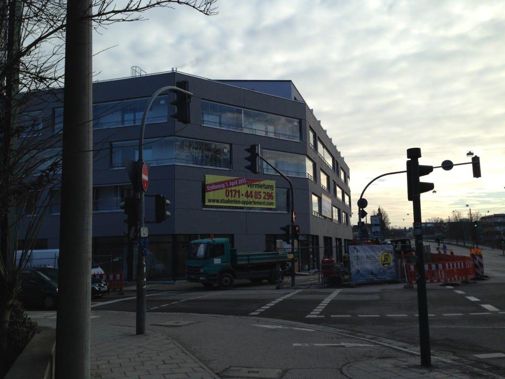 """""""Die neue Bleibe für Studenten"""": UNIcentro 2 an der Kumpfmühlerstraße lockt mit Lage an einer Hauptverkehrsstraße und Wúchermieten. Foto: Liese"""