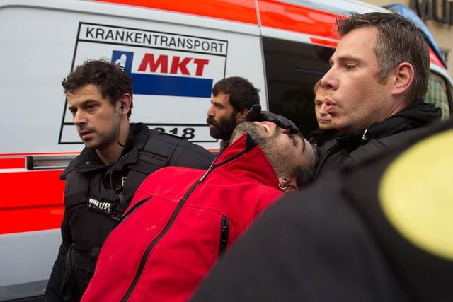 Durststreikende von Polizei abgeführt – anstatt von Notärzten. Nach eigenen Angaben blieben sie danach bis zu sieben Stunden ohne ärztliche Versorgung in Polizeigewahrsam. Foto: koernerfresser, flickr.com