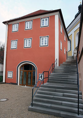 """Geheimtipp für Hochzeiten: Das """"älteste Schulhaus Deutschlands"""" in Schierling. Foto: Marktgemeinde Schierling"""