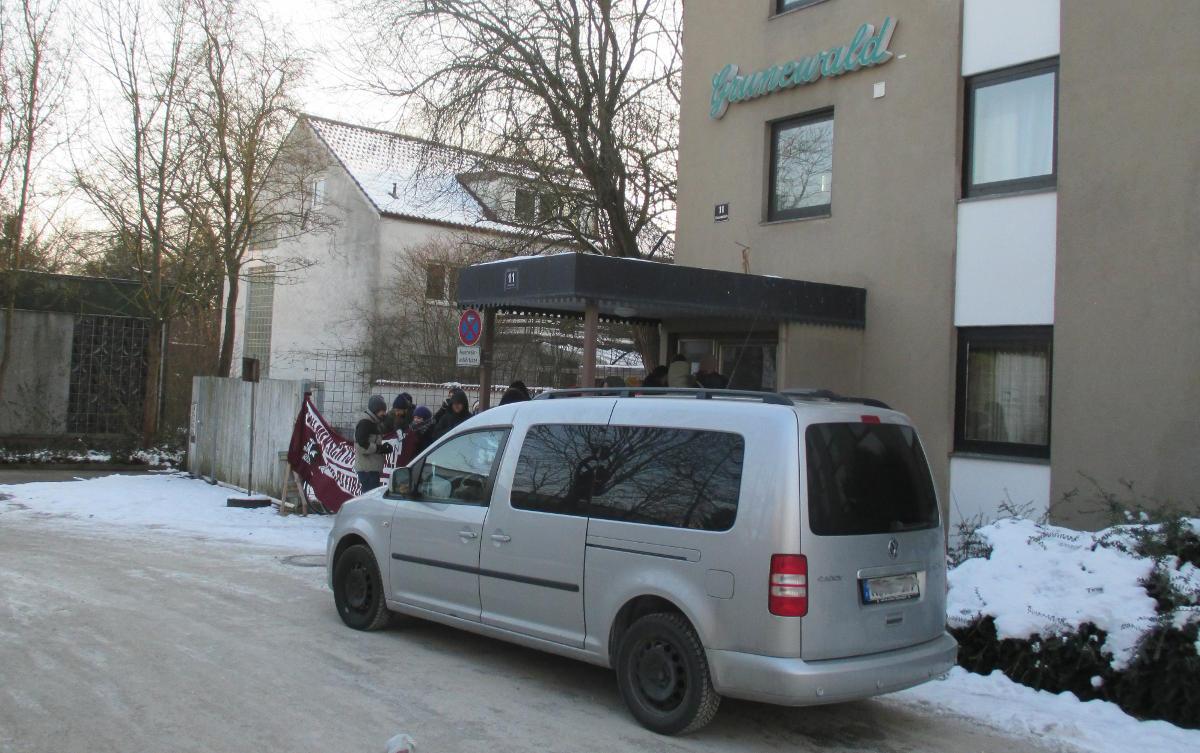 Musste am Freitag unverrichterter Dinge wieder fahren: Der graue Kastenwagen der Ausländerbehörde Regensburg.