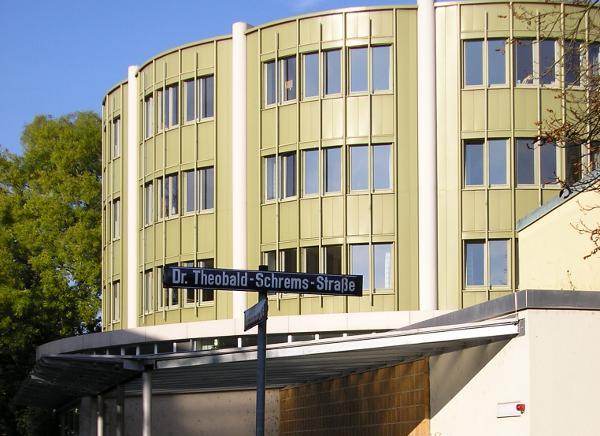 Das Domspatzen-Gymnasium in der Theobald-Schrems-Straße. Antworten der Schulleitung stehen noch aus. Foto: Werner