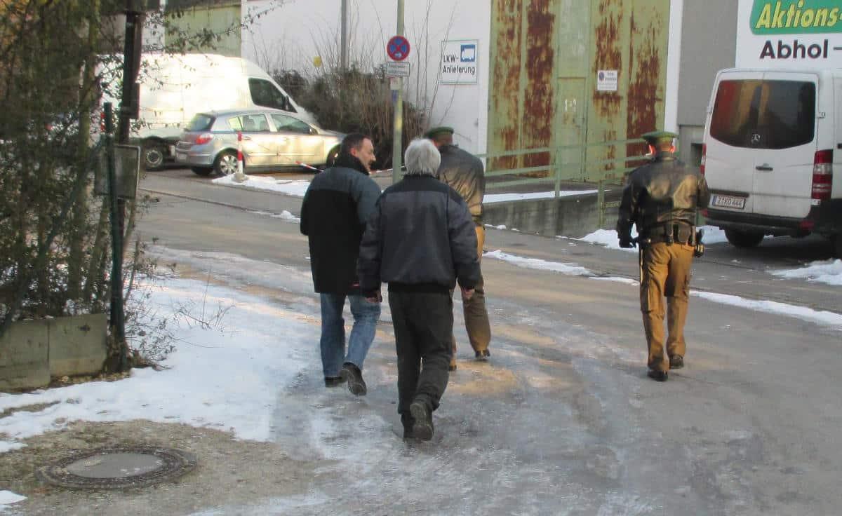 Rückzug: Hausmeister, Ausländerbehörde und Polizei verlassen die Grunewaldstraße.