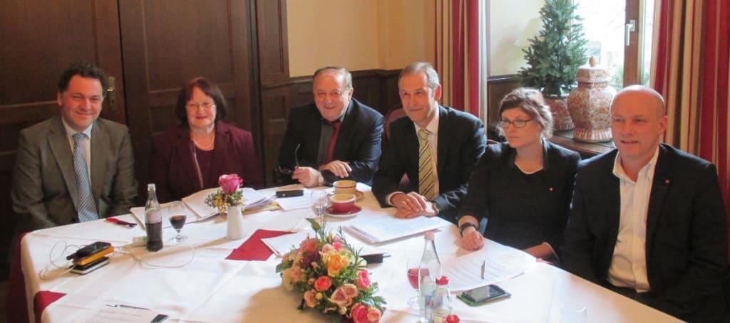 So schön kann Koalition sein: In demonstrativer Eintracht präsentierten Horst Meierhofer (FDP), Margit Kunc (Grüne), Norbert Hartl (SPD), Ludwig Arttinger (Freie Wähler), Tina Lorenz (Piraten) und OB Wolbergs ihr Maßnahmenpaket. Foto: as