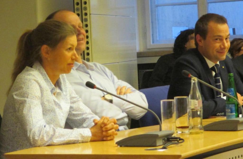 Fast geschafft: Gespannt verfolgen die Tajsichs und Challenge-Geschäftsführer Walchshöfer die Debatte im Stadtrat. Foto: as