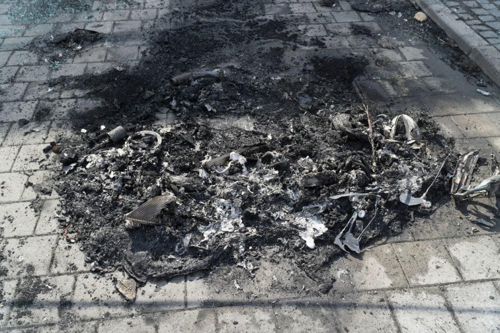 Überreste eines verbrannten Polizeiautos in Frankfurt. Foto: