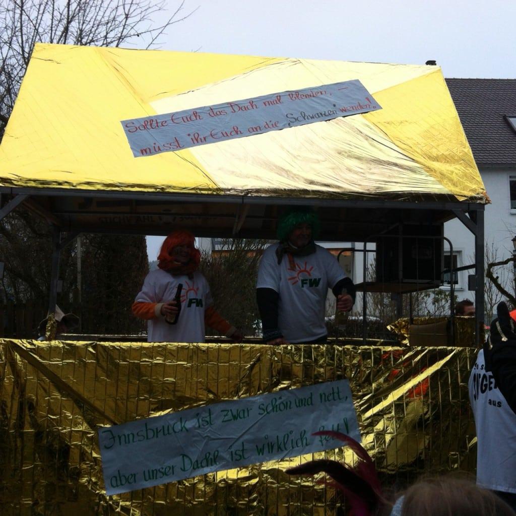 Faschingszug 2015 in Lappersdorf: Die Freien Wähler nehmen das goldene Dachl mit Humor.