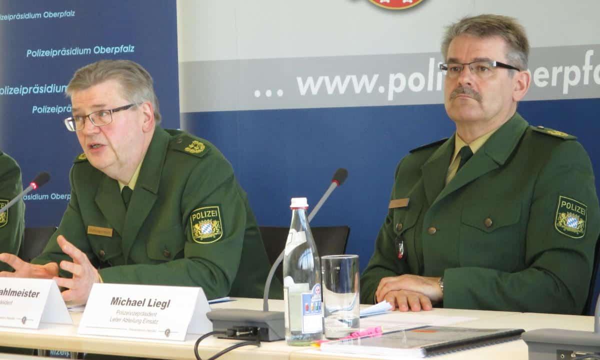 Premiere für den neuen Polizepräsidenten Gerold Mahlmeister (li. neben seinem Stellvertreter Michael Liegl): die Vorstellung des jährlichen Sicherheitsberichts. Foto: as