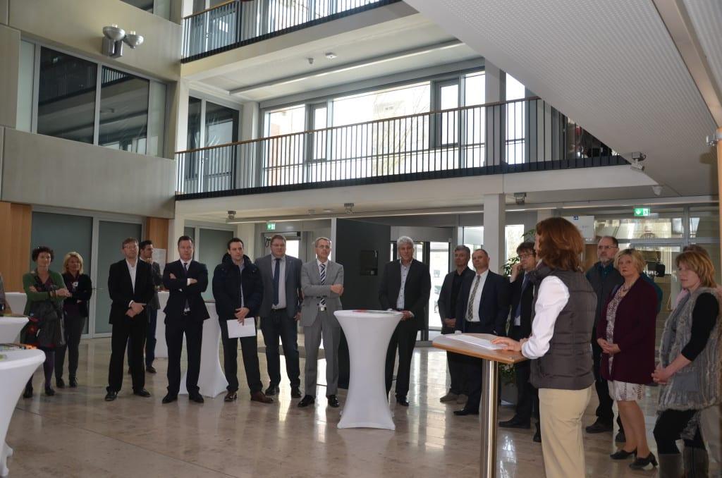 von links: Zahlreiche Vertreter aus Politik und Wirtschaft kamen zum Startschuss des ersten Stromwettbewerbs des Landkreises Regensburg. Foto: PM.