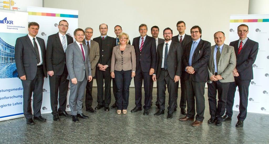 (v.l.n.r.) Klaus Fischer (Kaufm. Direktor UKR), Alexander Flierl (MdL), Tobias Reiß (MdL), Prof. Dr. Udo Hebel (Präsident UR), Staatssekretär Albert Füracker, Prof. Dr. Dr. Torsten Reichert (UR), Sylivia Stierstorfer (MdL), Dr. Franz Rieger (MdL), Prof. Dr. Bernhard Weber (Vizepräsident UR), Dr. Gerhard Hopp (MdL), Prof. Dr. Nikolaus Korber (Vizepräsident UR), Prof. Dr. Christoph Wagner (Vizepräsident UR), Prof. Dr. Günther Pernul (Wirtschaftsinformatik UR), Prof. Dr. Oliver Kölbl (Ärztl. Direktor UKR). Foto: Universität Regensburg.