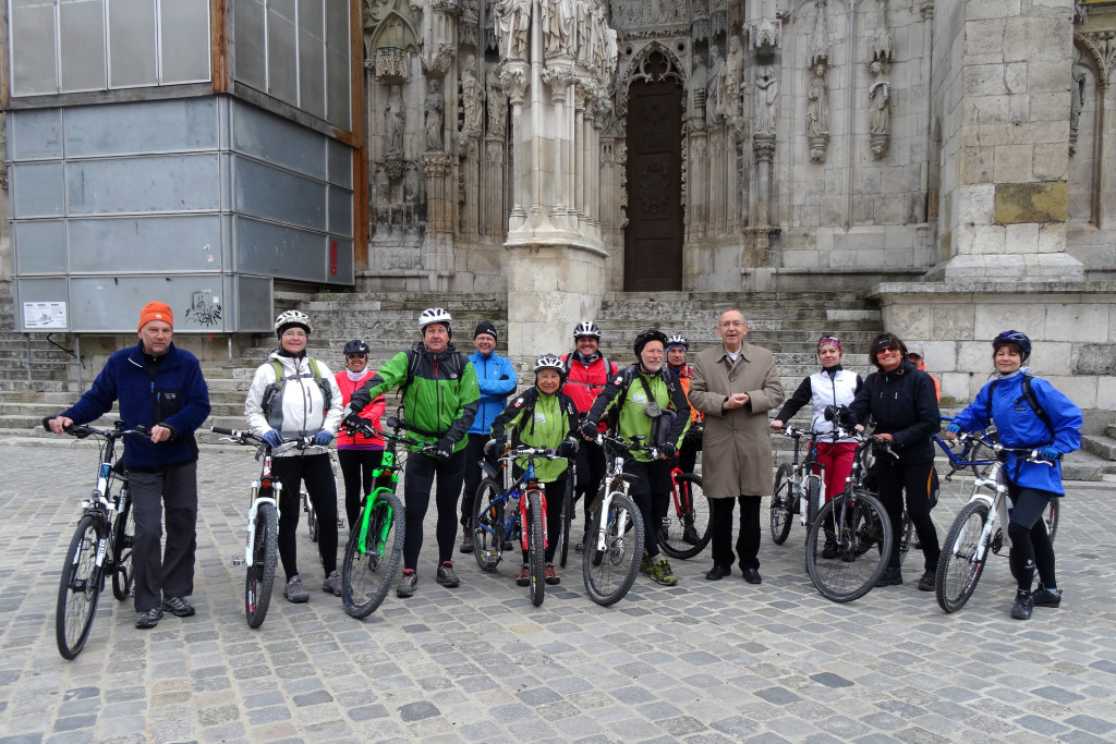 Kulturreferent Klemens Unger mit den Teilnehmerinnen und Teilnehmern der Radtour nach Pilsen Foto: Stadt Regensburg, Hana Bejlková