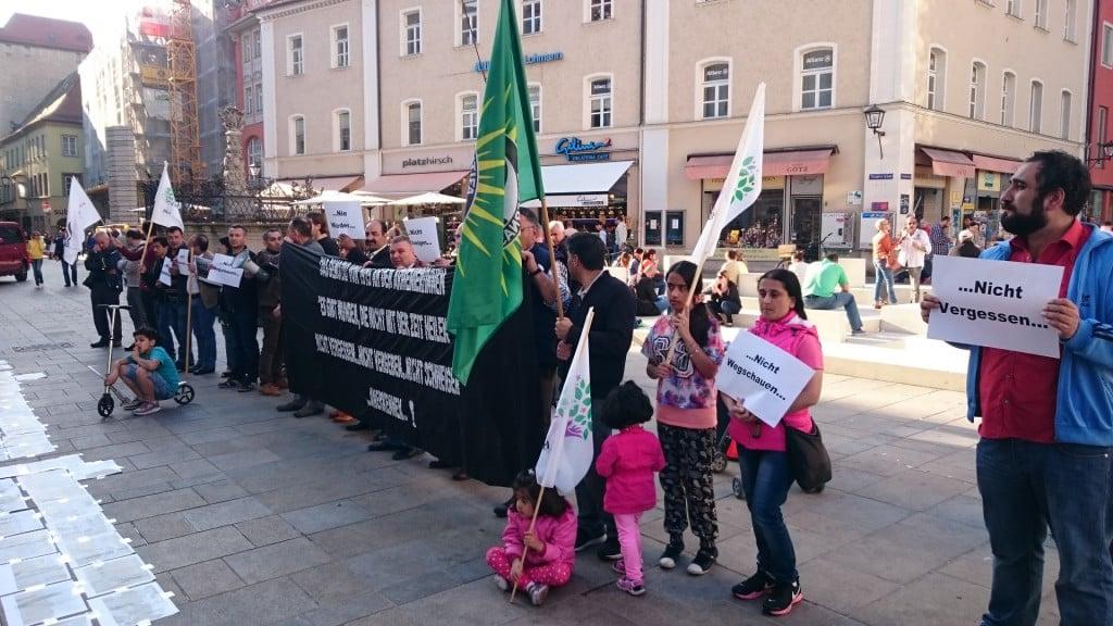 """Mahnwache zum 100. Jahrestag auf dem Neupfarrplatz: """"Nicht vergessen, nicht vergeben, nicht schweigen. Anerkennen!""""  Foto: privat"""