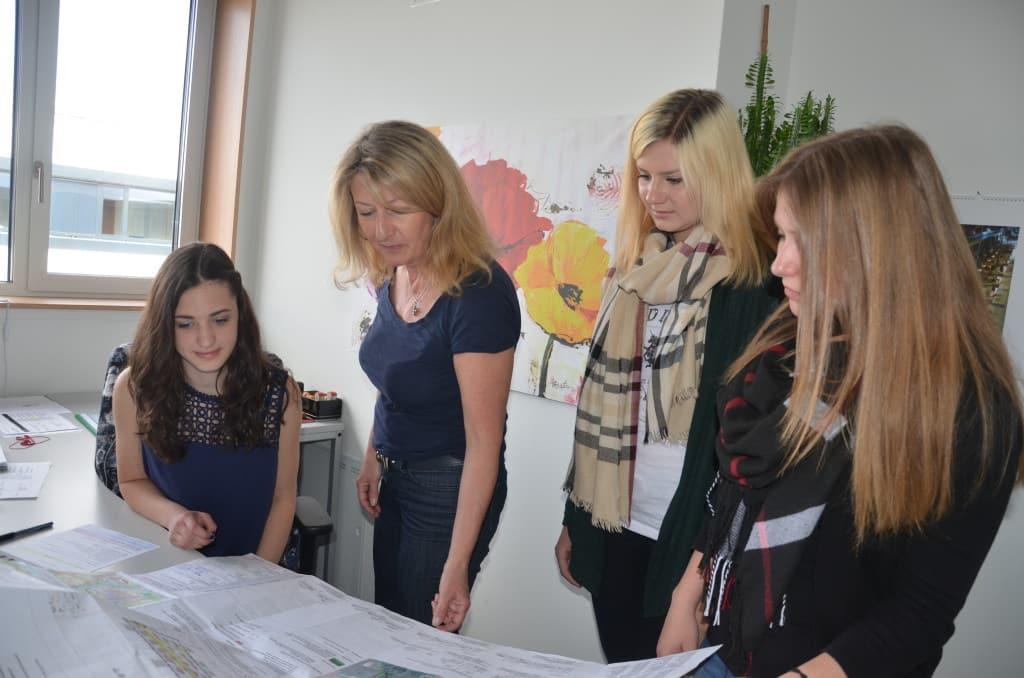 Ingenieurin Susanne Christoph von der Technischen Bauaufsicht im Landratsamt erklärte Magdalena, Silke und Lena, was auf dem Plan zu erkennen ist. Bild: Landratsamt Regensburg / Pressemitteilung.