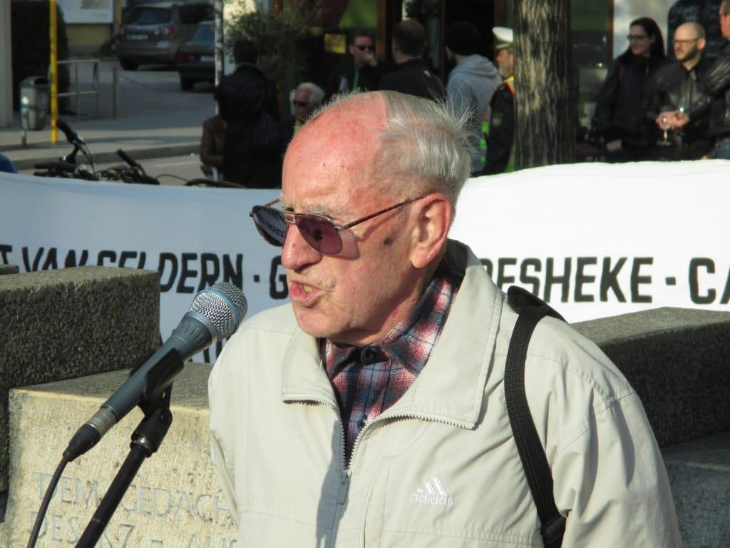Zbigniew Kolakowski spricht ein Grußwort beim diesjährigen Gedenkweg.