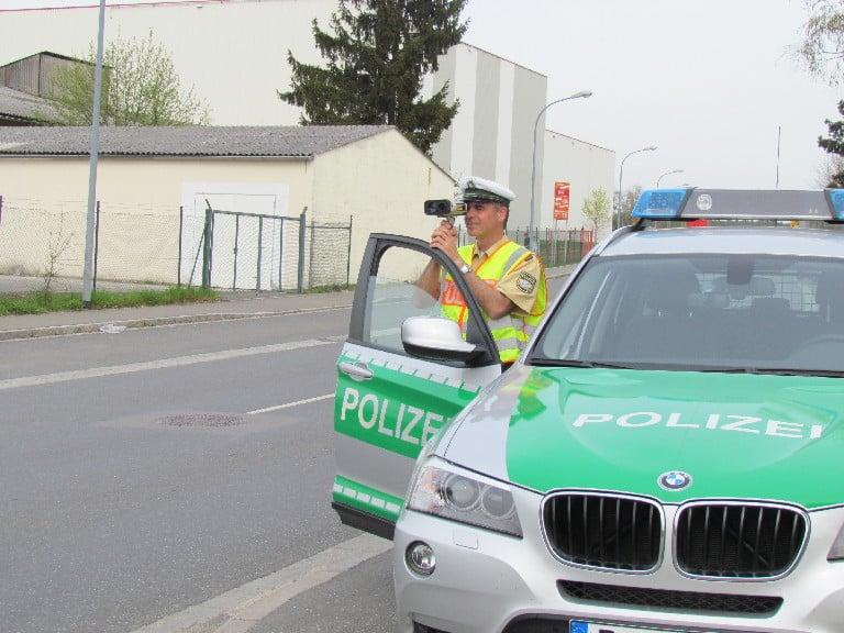 Das Laserhandmessgerät im Einsatz, auf den Straßen der Oberpfalz. Foto: PM / Polizei.