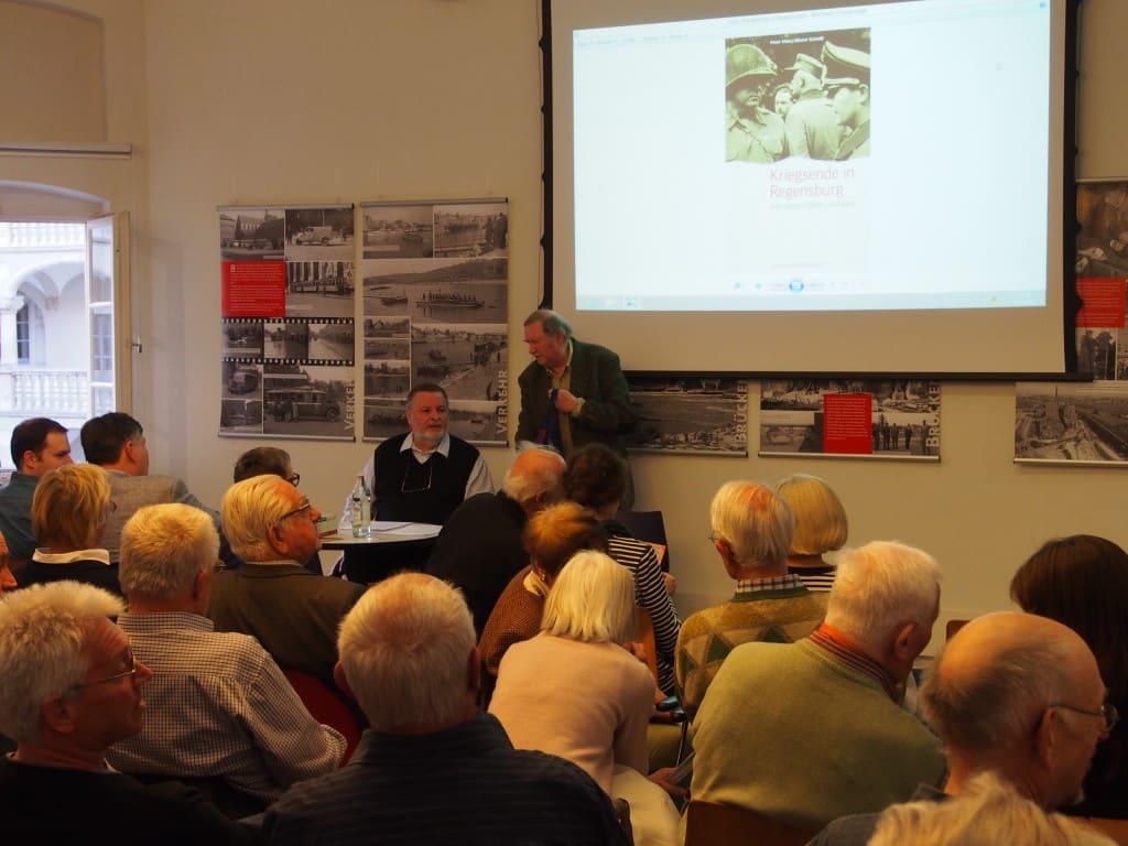 Hohes Interesse am Kriegsende: Weit über 100 Zuhörer kamen in die Stadtbücherei. Foto: wr