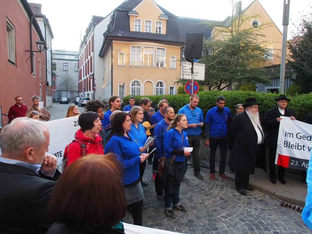 """""""Sog nischt kejnmol."""" Vor der Synagoge sangen die Falken ein jiddisches Partisanenlied. Foto: Werner"""