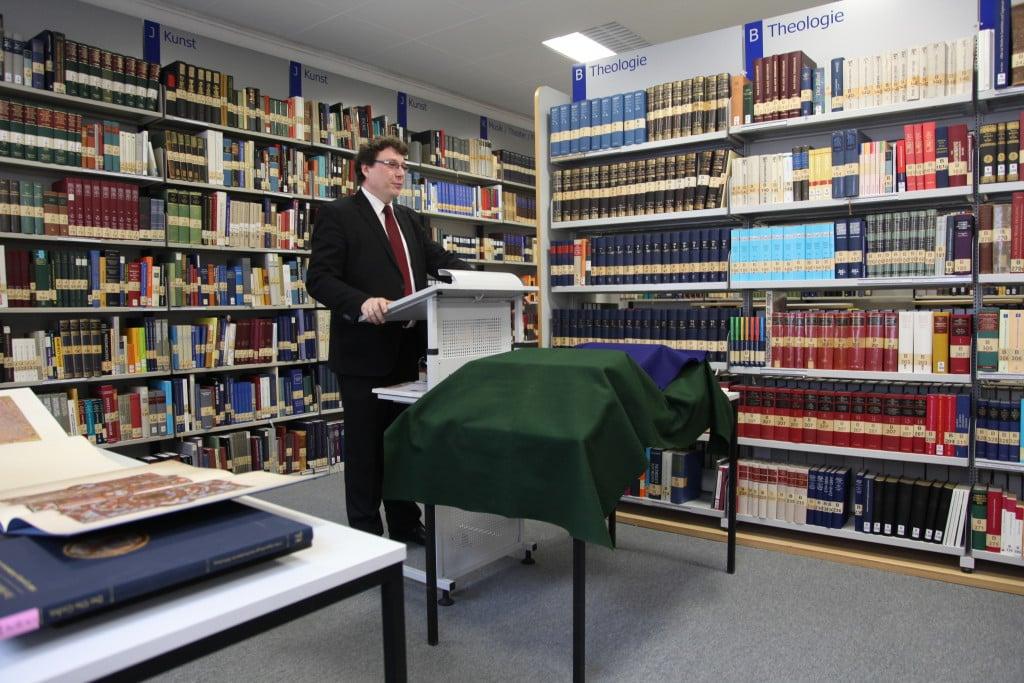 Dr. Lübbers bei einem Vortrag. Foto: Staatliche Bibliothek