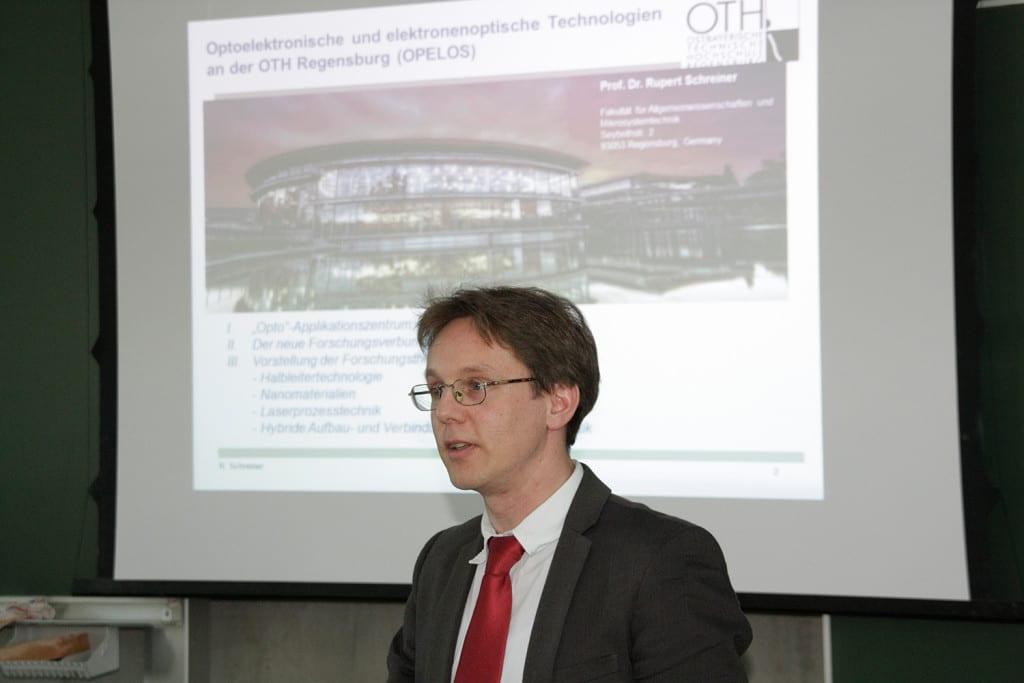 Prof. Dr. Rupert Schreiner, Sprecher des Forschungsverbunds OPELOS – Optoelektronische und elektronenoptische Systeme bei der Vorstellung des Verbunds im Rahmen des Kick-Offs. Foto: OTH Regensburg