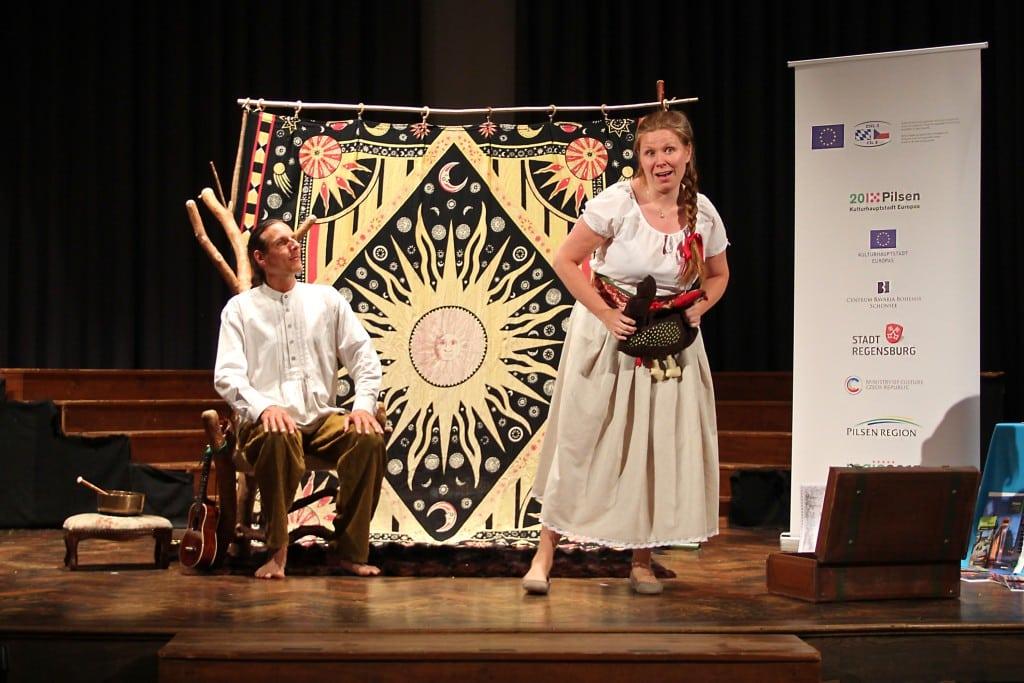 Die Märchenerzähler Oliver Machander und Jana Věžníková spielen und erzählen bayerischen und tschechische Märchen. Foto: Stadt Regensburg, Hana Bejlková