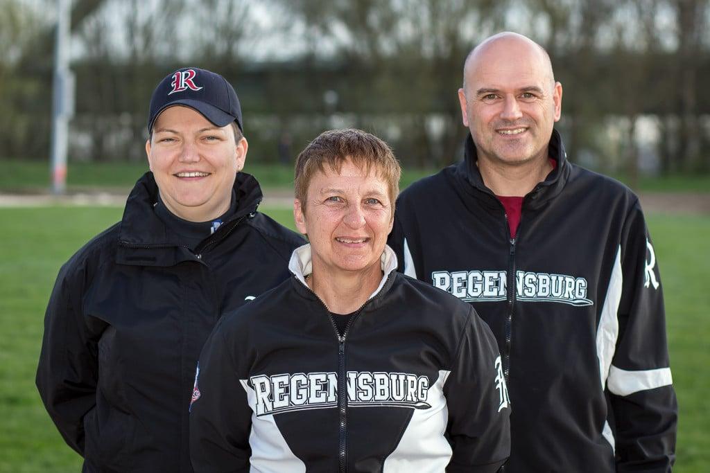 Martina Dobler (Mitte) übernimmt das Ruder bei den Softball-Damen der Buchbinder Legionäre. Bianka Merkel (links) und Markus Brunner (rechts) unterstützen die erfahrene Trainerin. Foto: Walter Keller.