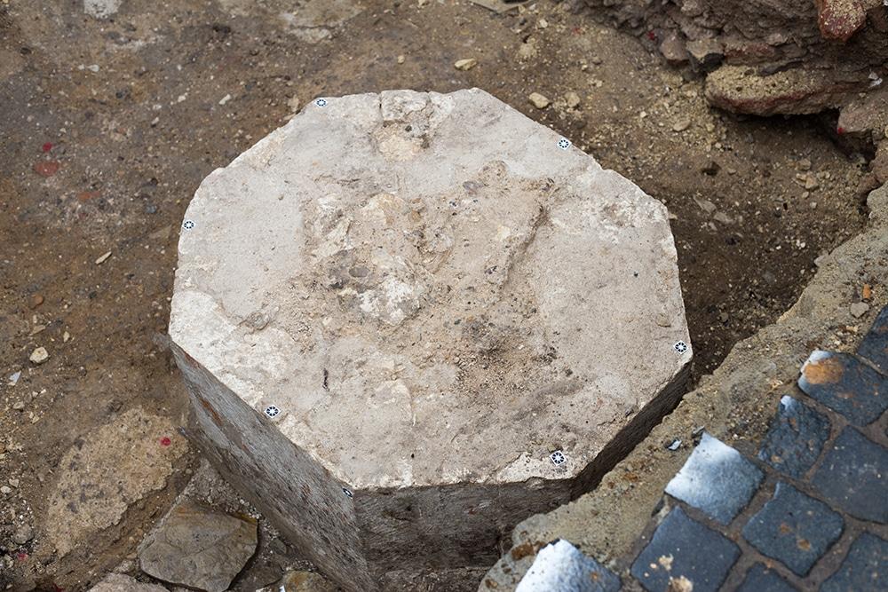 Dieser historische Sockel lag nur etwa 30 Zentimeter unter den Pflastersteinen.