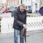 """""""Hier sehen Sie..."""": Dr. Lutz Dallmeier zeigt den anwesenden Journalisten die Funde am Dachauplatz. Fotos: ld."""