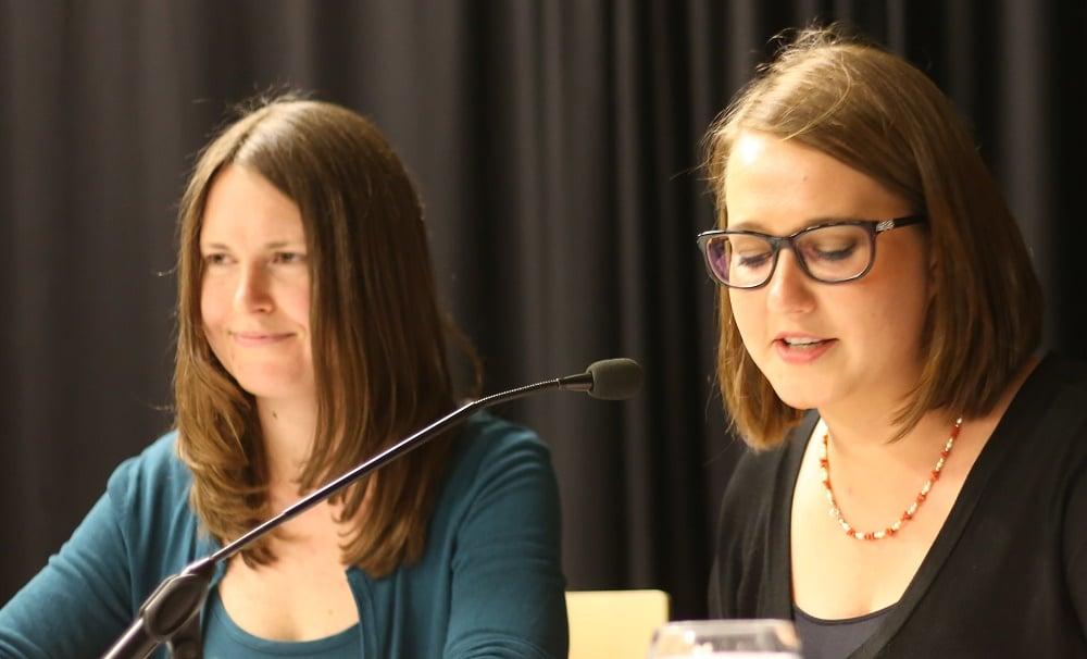 Stellten Kipping und Wizorek die Fragen und moderierten den Abend: Anna-Lena Schnaudt (l.) und Marina Mühlbauer.