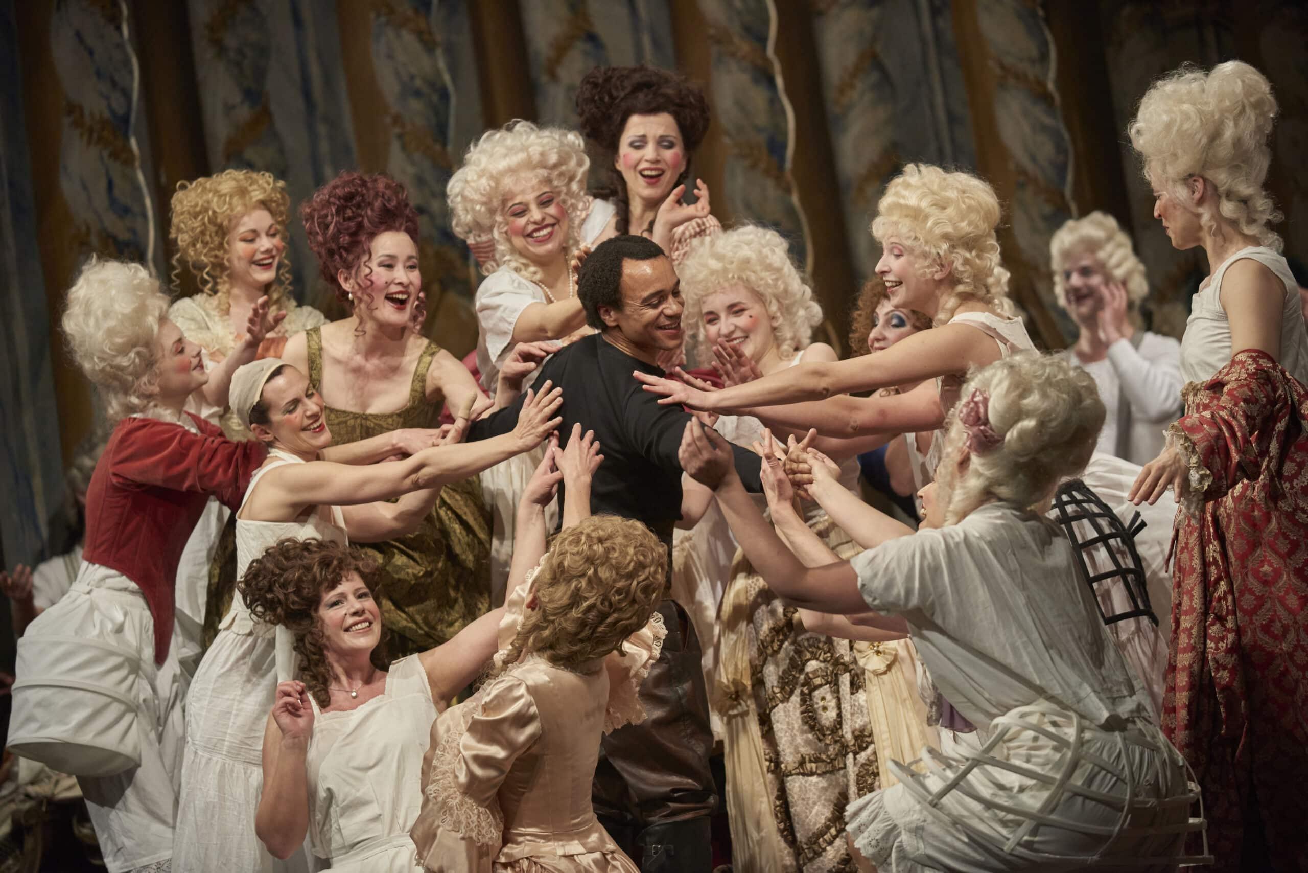 David (Yosemeh Adjei) wird vom Volk begehrt. Foto: Martin Sigmund / Theater Regensburg.