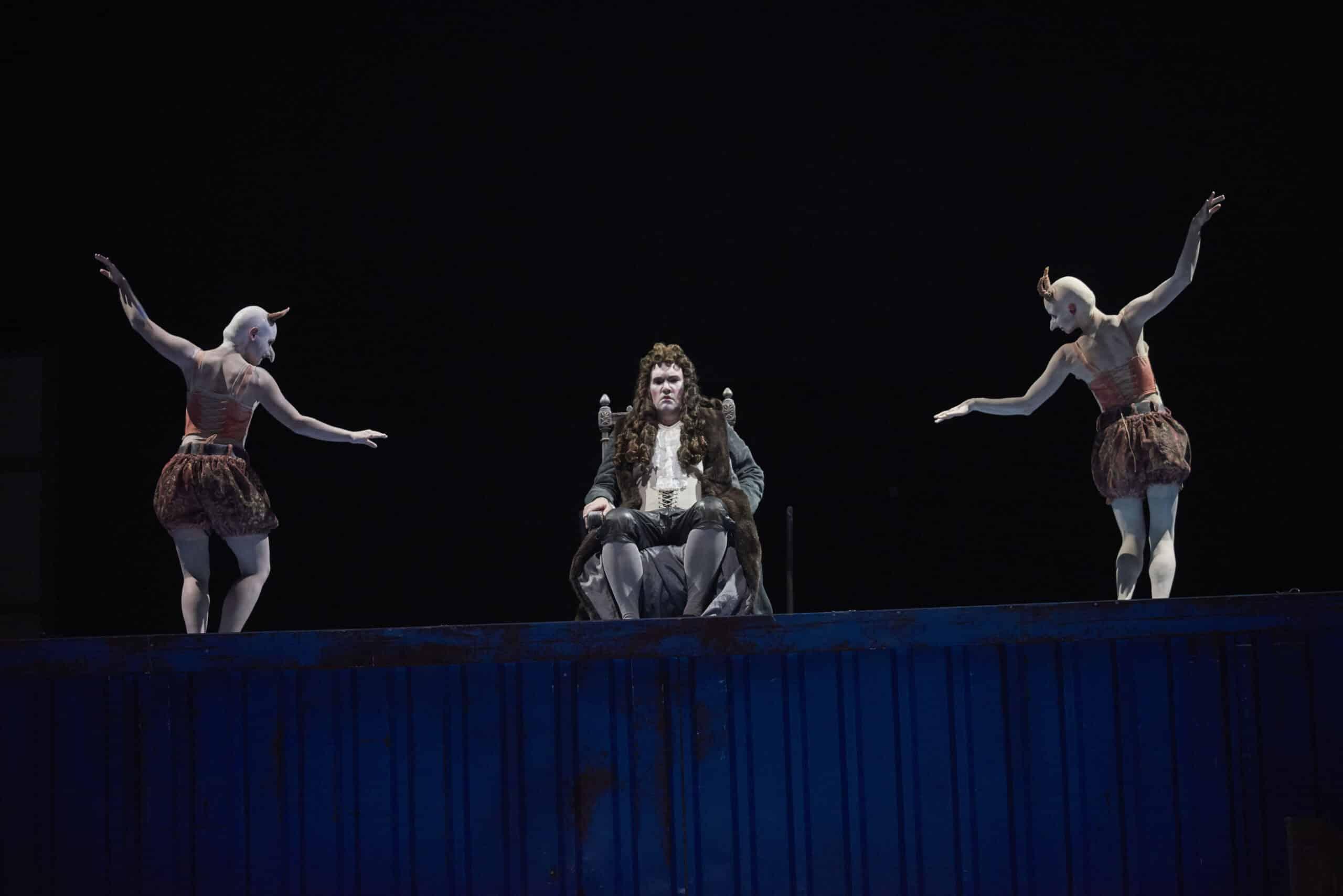 Vom Neid umzingelt: Saul (Mario Klein). Foto: Martin Sigmund / Theater Regensburg.