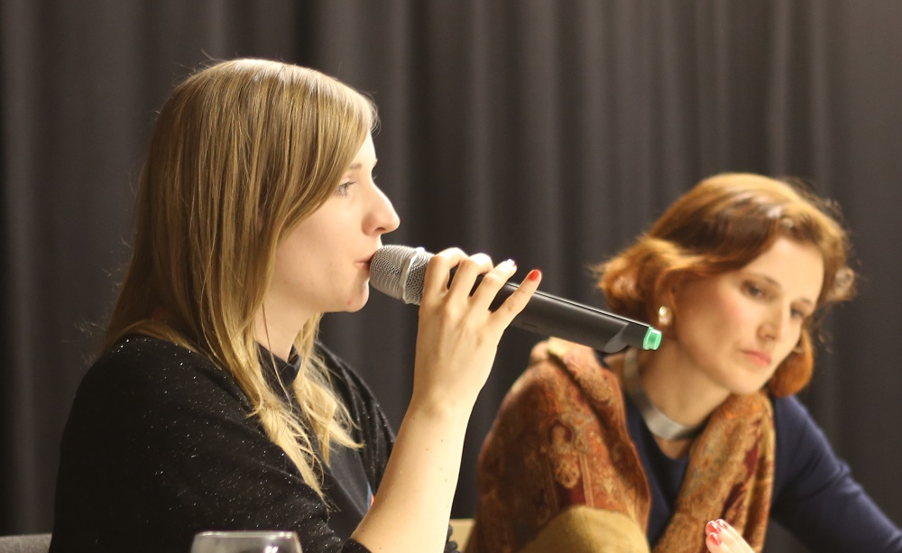 Anne Wizorek (l.) und Katja Kipping stellten am Freitagabend ihre feministischen Positionen dar. Fotos: ld.