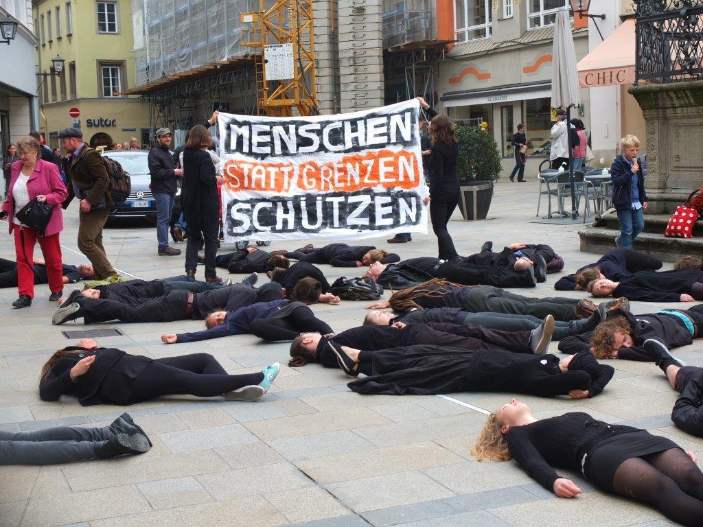 Auch auf dem Neupfarrplatz entrollten die Aktivistinnen ihr Transparent.