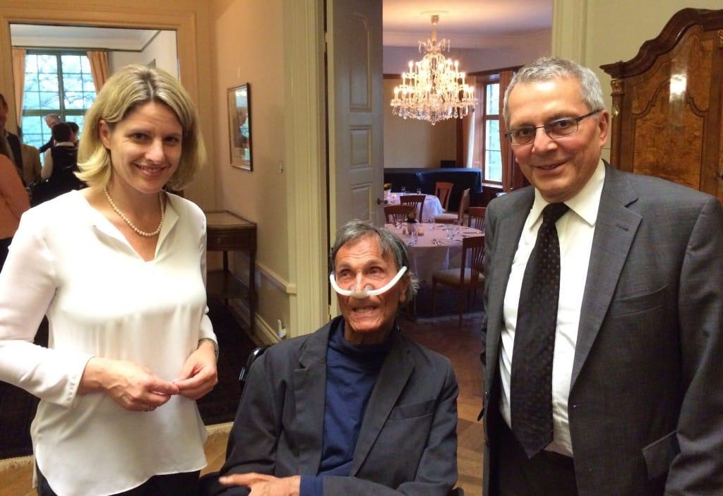 In der deutschen Botschaft in Stockholm mit dem Deutschen Botschafter in Schweden, Michael Bock (rechts), und Herrn Adolf Ratzka, der in Ingolstadt aufgewachsen ist und seit mittlerweile mehr als 40 Jahren in Schweden lebt und dort maßgeblich die Behindertenpolitik vorangetrieben hat.