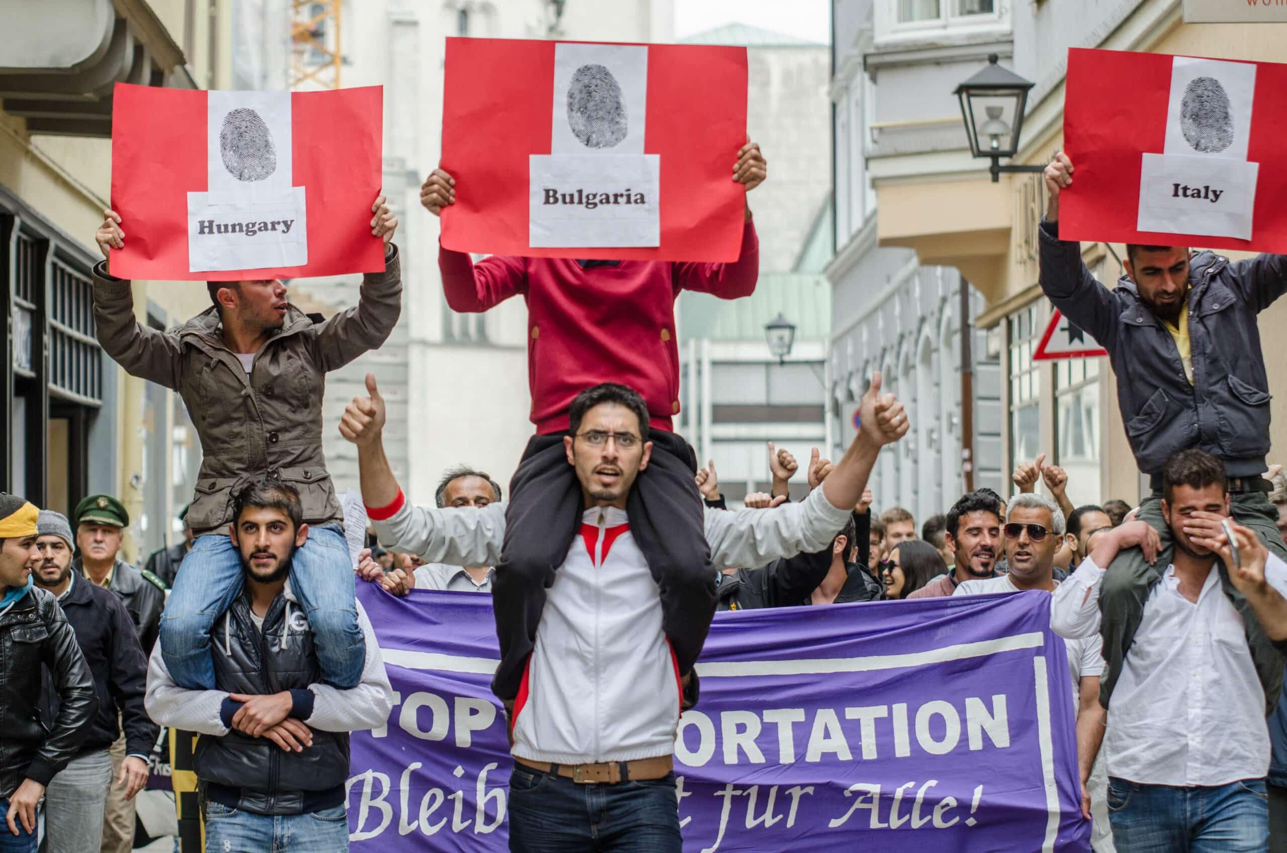 Etwa 300 Menschen demonstrierten am Samstag in Regensburg gegen die Dublin-Verordnung und Abschiebungen nach Ungarn.