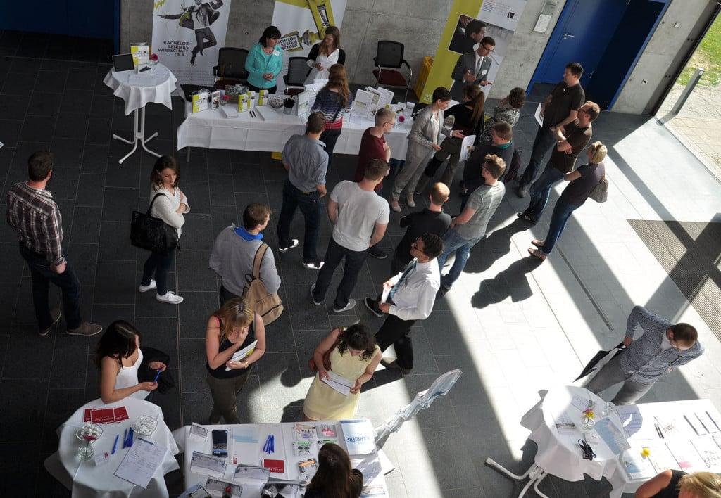 Die rund 150 Besucher des Weiterbildungstags der OTH Regensburg informierten sich an den verschiedenen Infoständen und Themeninseln über die vielen berufsbegleitenden Studien- und Weiterbildungsangebote. Foto: OTH Regensburg