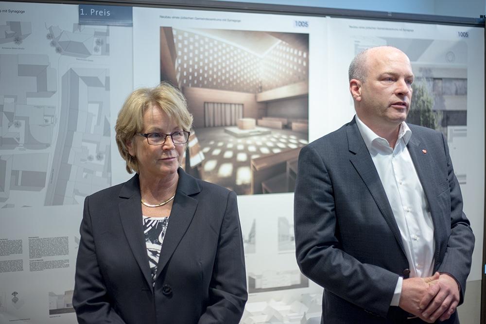 Ilse Danziger, die Vorsitzende der Jüdischen Gemeinde Regensburg, und Oberbürgermeister Joachim Wolbergs. Foto: ld.