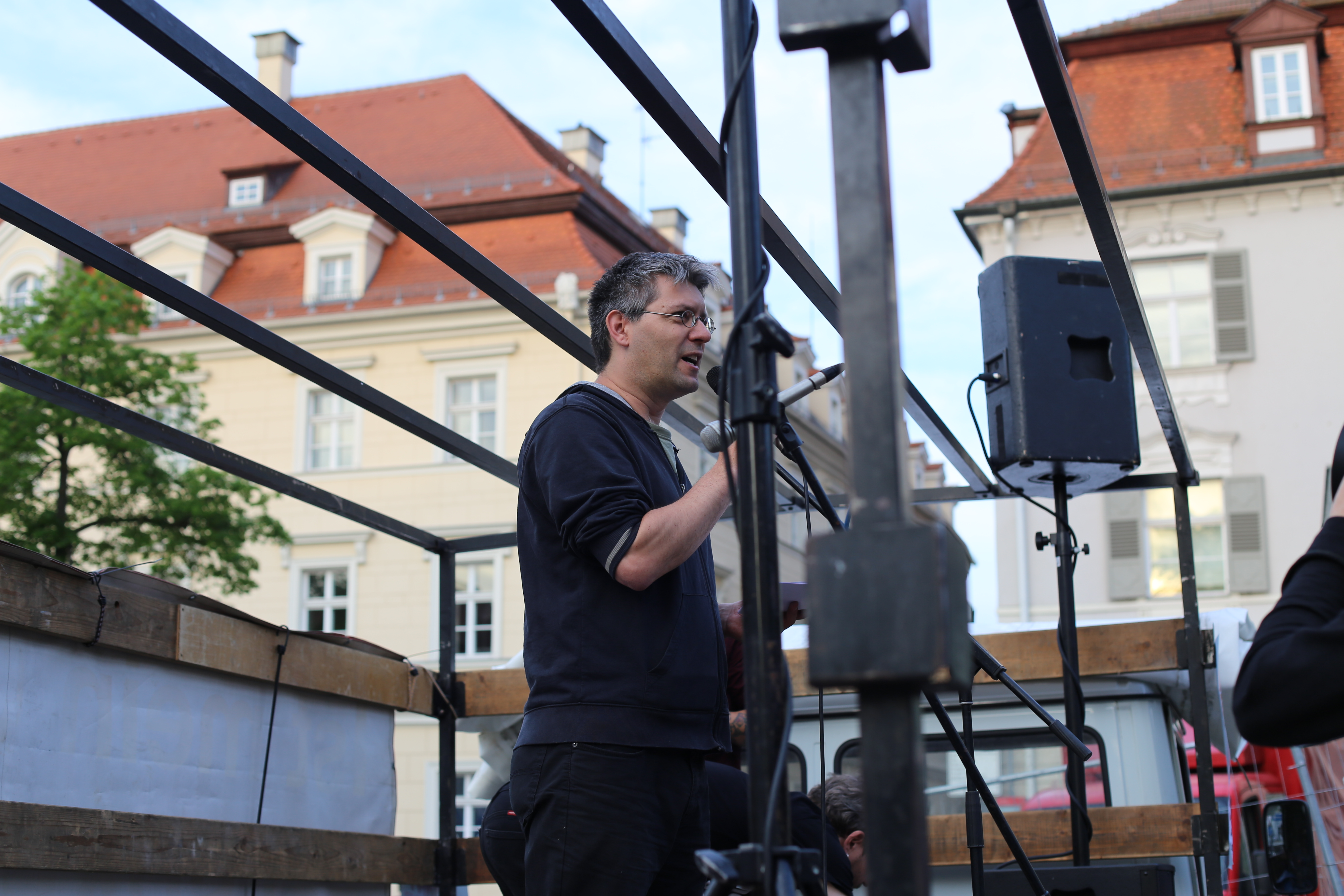 Mitorganisator der Kundgebung am Bismarckplatz: Florian Gmeiner von den Scants of Grace. Fotos: ld.