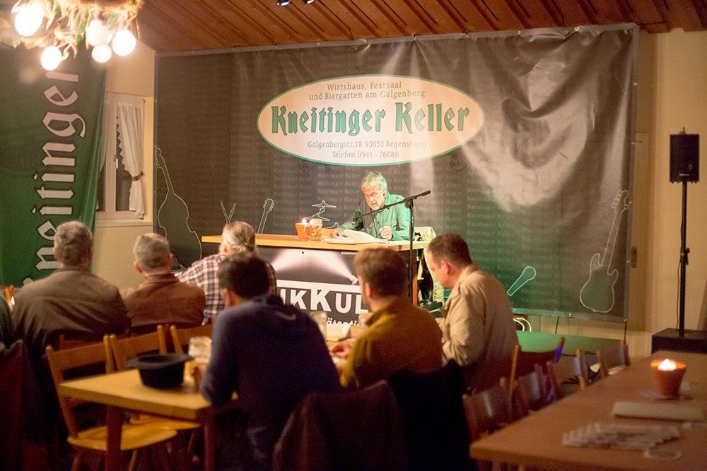 Der Musikkult-Stammtisch am Dienstagabend im Kneitinger-Keller. Auf der Bühne: Giselher Gollwitz. Foto: ld.