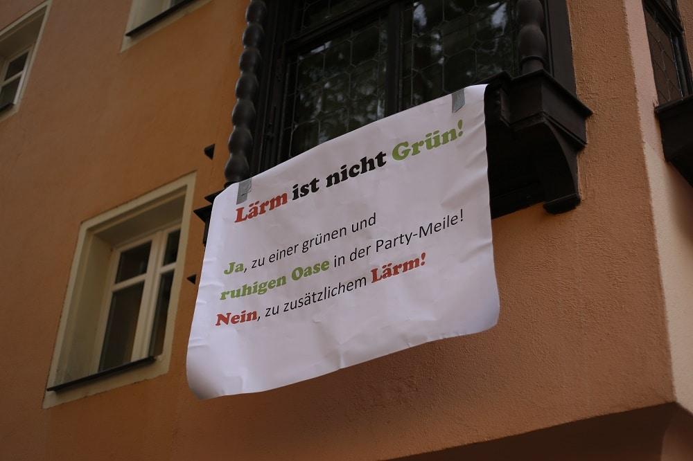 Dieses Plakat hängte ein Anwohner am Samstag ans Fenster. Foto: ld.