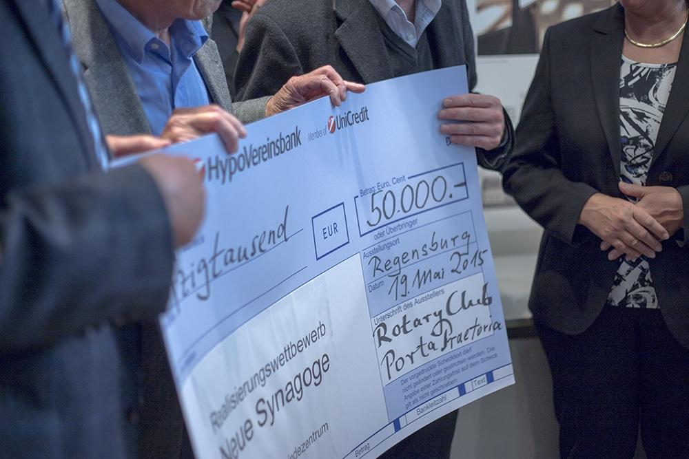 Die Rotarier überreichten am Montag einen Scheck über 50.000 Euro, mit dem sie den Realisierungswettbewerb finanzieren. Foto: ld.