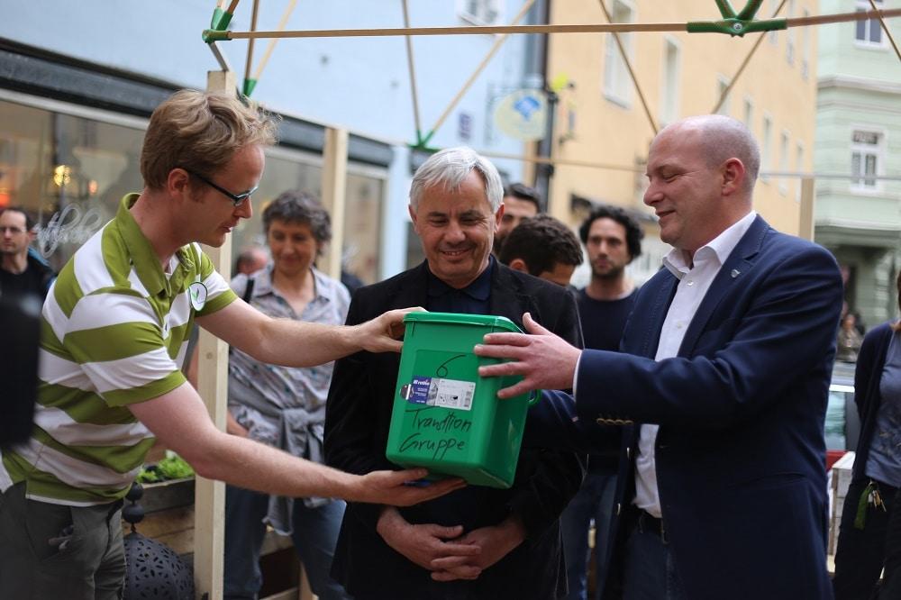 Klaus Burkard von Transition Town (l.), Bürgermeister Jürgen Huber und Oberbürgermeister Joachim Wolbergs bei der Eröffnung der grünen Oase. Foto: ld.